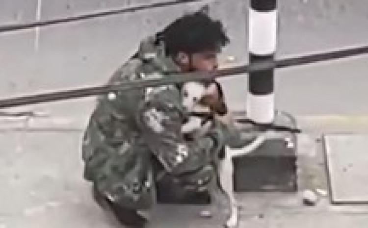 Pas tješio uličnog svirača kojem niko nije htio dati ni novčić