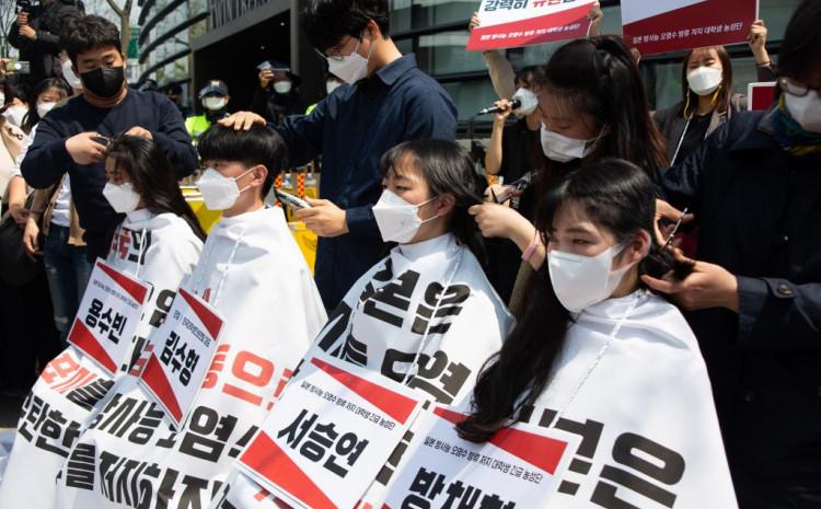 Studenti ispred japanske ambasade u Seulu