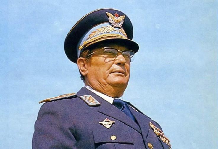 lasić je čuven i po ocjeni da Josip Broz Tito nije bio diktator, već autokratski vladar koji je moć znao koristiti tako da ne izgleda kao diktatura
