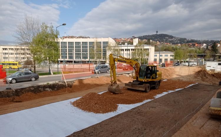 Građevinci na gradilištu danas postavljaju geomrežu, geotekstil…