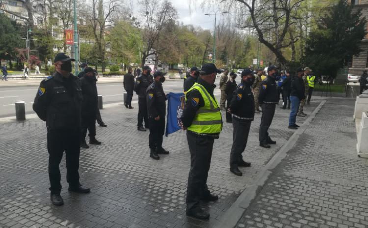 Pred zgradom Predsjedništva BiH jučer su bili policajci