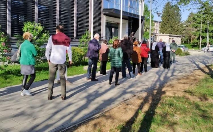 Građani čekaju u redu za vakcinaciju