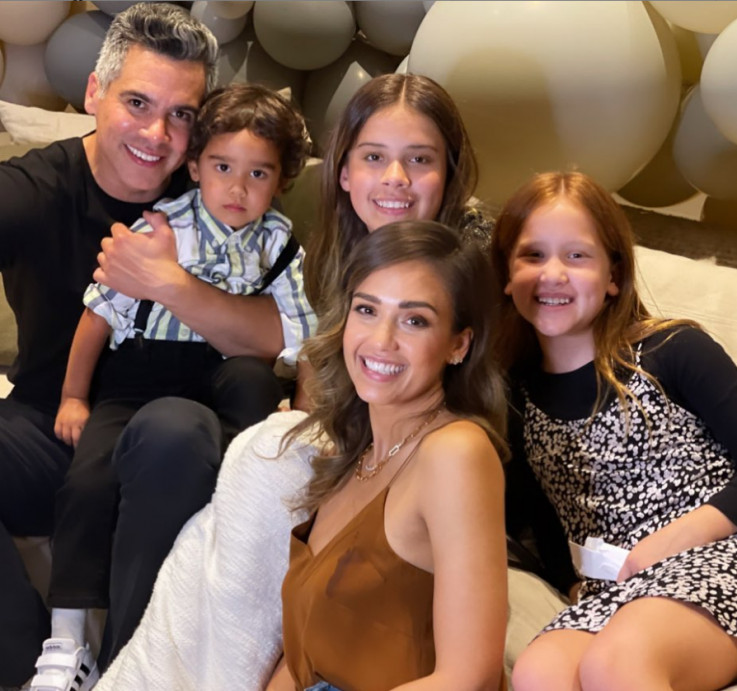Alba sa suprugom i djecom
