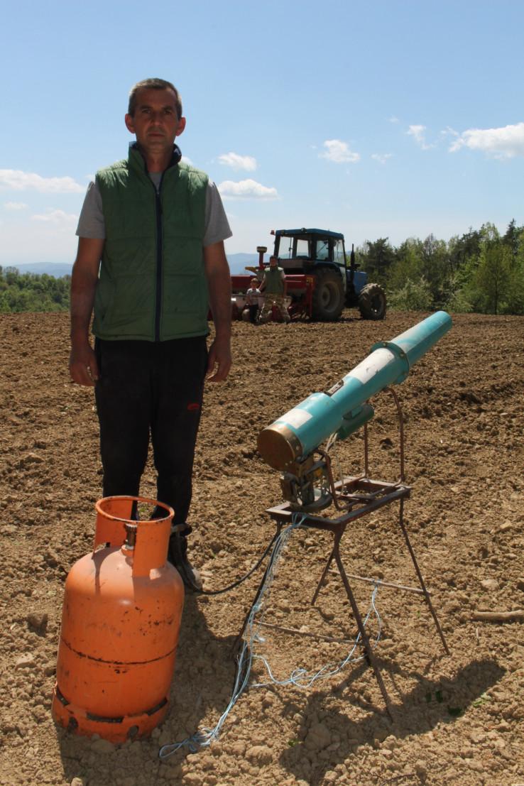 Suljić: Pet godina rastjeruje veprove pucnjem iz plinskog topa