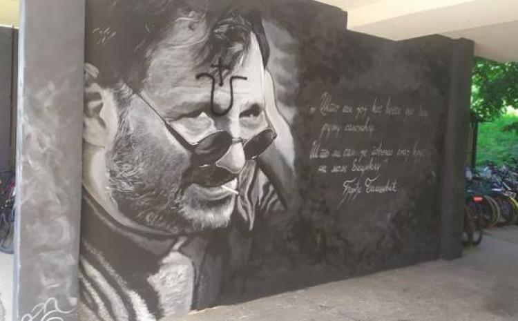 Oskrnavljeni mural  u rodnom gradu legendarnog kantautora