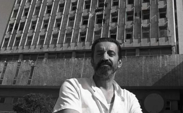 Bakir Nakaš ispred bolnice u ratu
