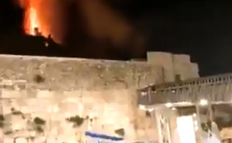 Gori drveće oko džamije Al-Aksa