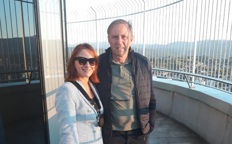 """Rajevac sa suprugom na vidikovcu """"Awaz Twist Towera"""""""