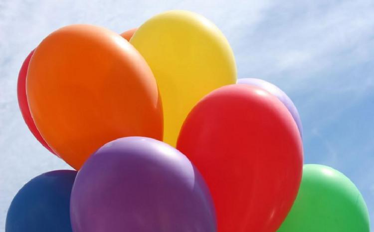 Američki umjetnik savija balone jednom rukom