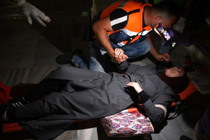 Ranjena Palestinka evakuirana tokom sukoba između izraelskih snaga sigurnosti i palestinskih demonstranata u kompleksu El-Akse