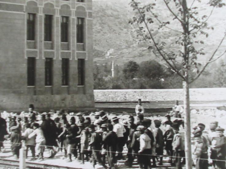Na fotografiji iz 1920. godine vidi se munara džamije