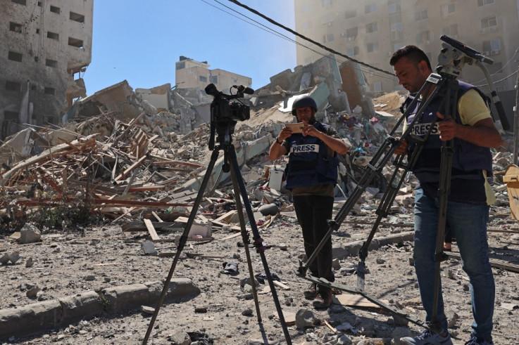 Novinari pored ruševina zgrade u kojoj su im bile kancelarije