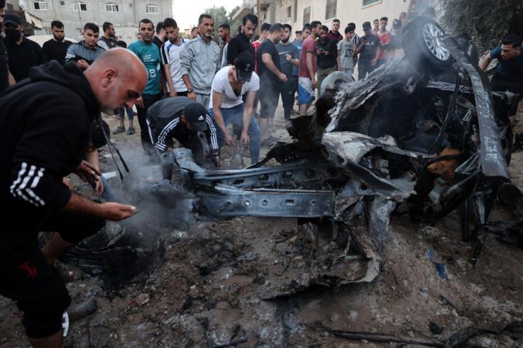 Palestinci okupljeni oko izgorjelog automobila