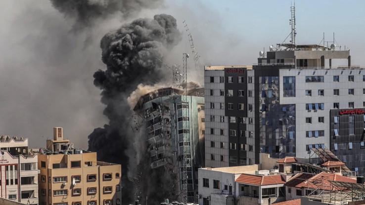 Rušenje zgrade u kojoj su smještene novinske agencije