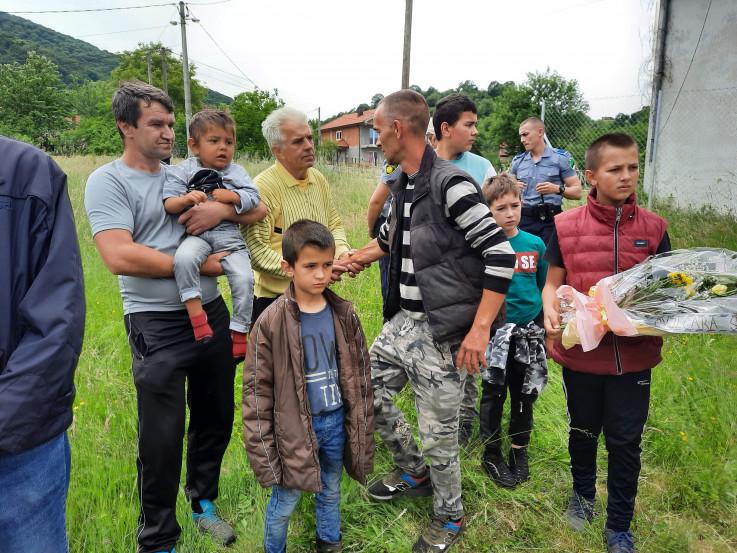 Suprug Asmir s djecom prima sa učešće od rodbine