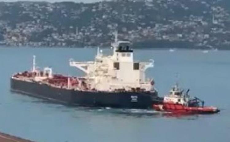 Već je pozvano osam remorkera koji se trude da brod odvuku na sigurno