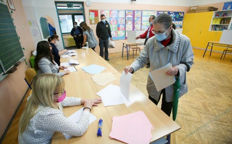 Glasači na biračkim mjestima