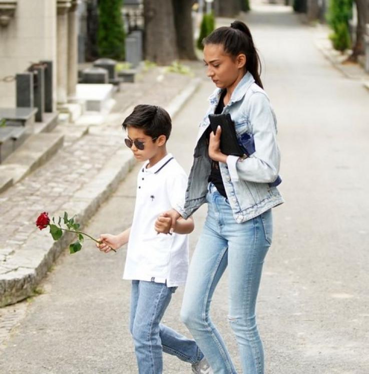 Džejev stariji unuk, koji je donio crvenu ružu na groblje