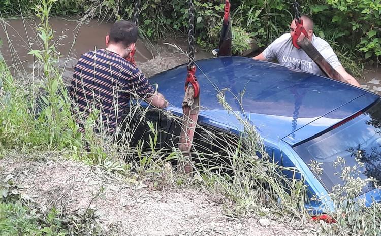 Vozilo izvučeno iz rijeke s velikim oštećenjima