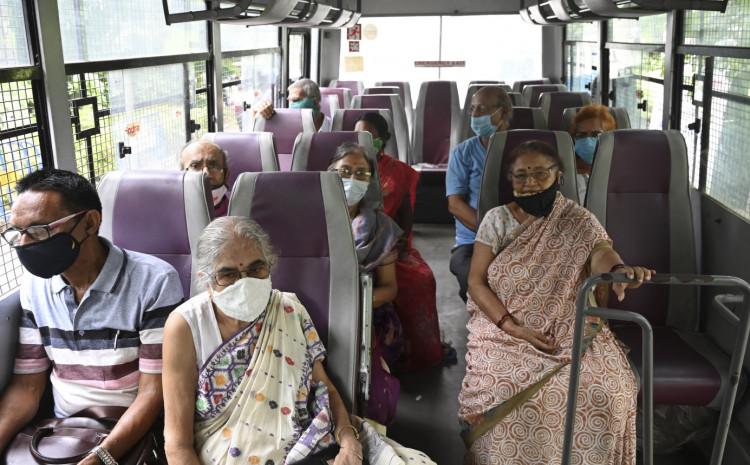 Građani čekaju u atobusu kako bi primili vakcinu