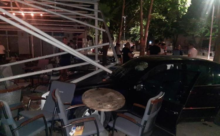 S lica mjesta: Vozilo u bašti kafića