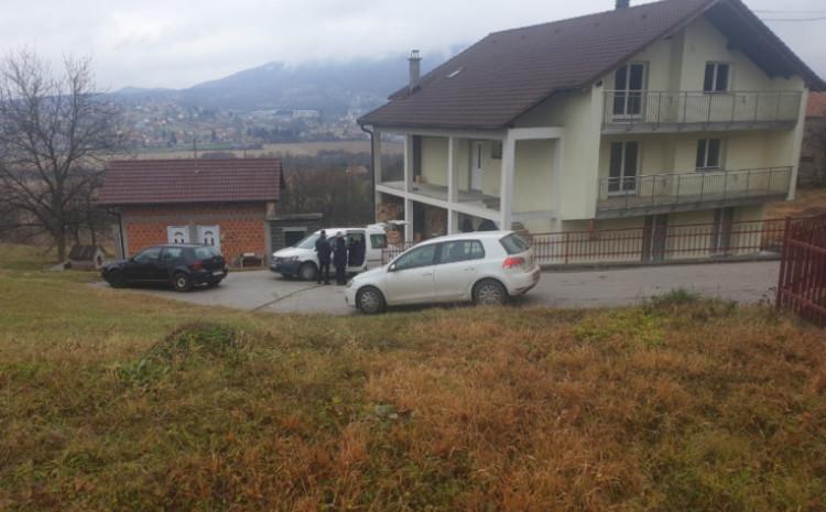 Policija ispred kuće u kojoj se zločin dogodio