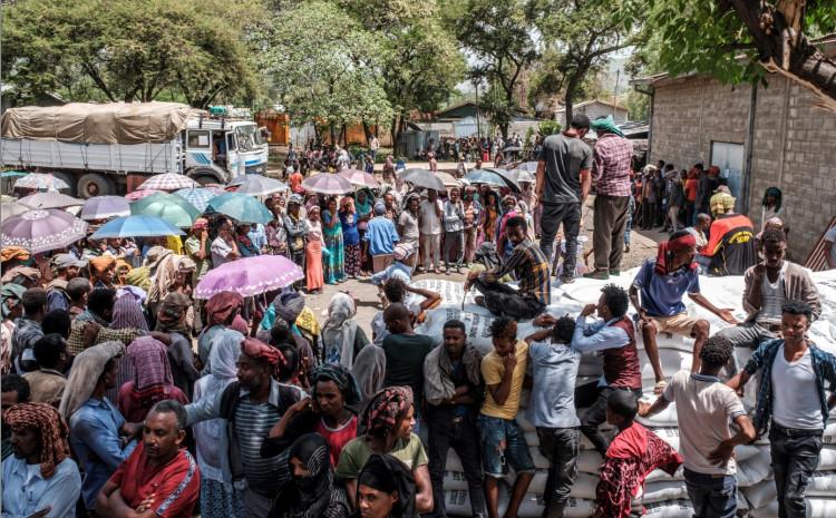 Ljudi se okupljaju oko vreća pšenice tokom distribucije hrane u AtaJeu u Etiopiji, 15. maja 2021.