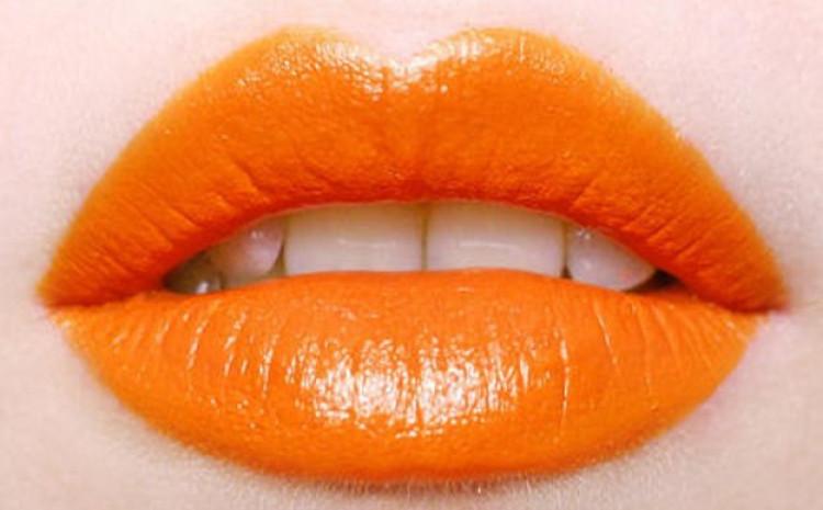 Narandžasti ruž na usnama izgledat će odlično u svakoj prilici