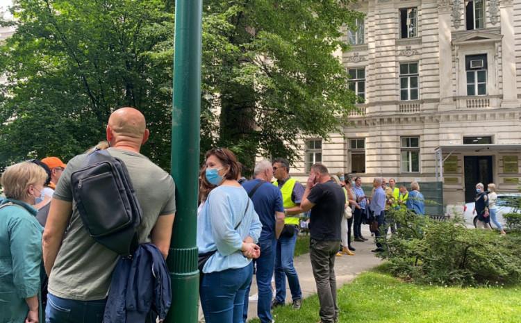 Protesti zdravstvenih radnika ispred zgrade Vlade KS
