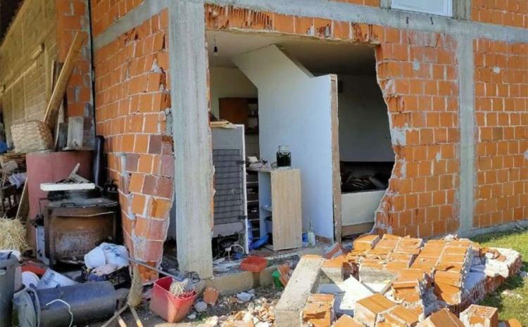 S lica mjesta: Oštećena kuća