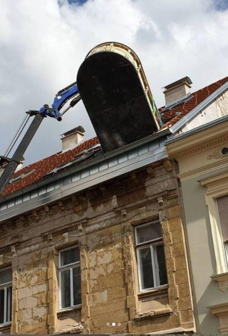 Bazen izvučen kroz krov