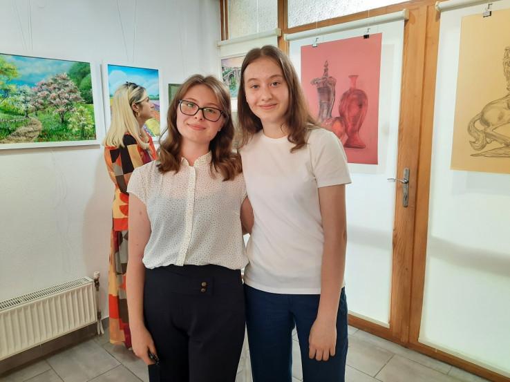 Lejla i Alma Alispahić na otvorenju izložbe u Maglaju