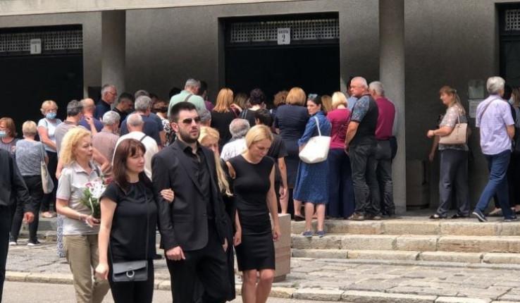 Posljednjem ispraćaju prisustvovala je njegova porodica, supruga Jelena, sin Dušan kao i mnogobrojni prijatelji ali i kolege sa estrade