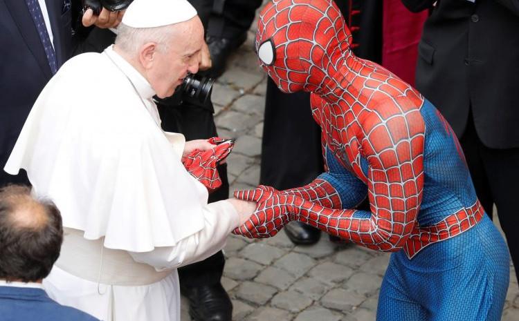 Pozdrav s Papom: Poklonio mu masku koju više ne nosi