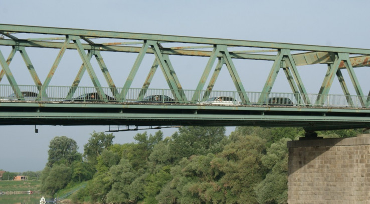 Kolone na mostu