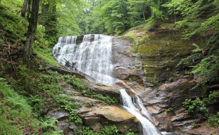 Postoje tri veća i nekoliko manjih slapova visine od pet do 20 metara
