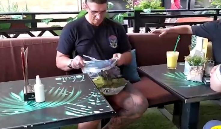 Kristijan Golubović pokazuje pare