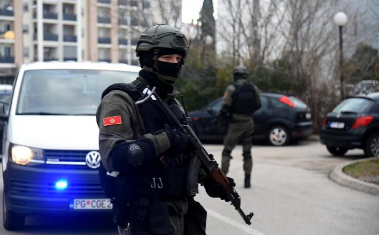 Sumnja se da je meta operacije bila grupa koja je krijumčarila droge i prala novac, a da su državni zvaničnici uhapšeni zbog zloupotrebe službenog položaja i korupcije, dodaje Albanijan dejli njuz.  Očekuje se da će uskoro biti održana konferencija za novinare italijanskih vlasti, na kojoj će biti iznijeti detalji ove operacije.