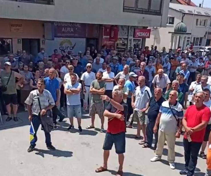 Stotine građana na protestima ispred Općine