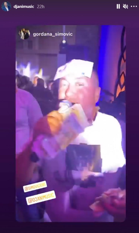 Đanija gosti kitili novčanicama, 500 eura mu zaljepljeno na čelu