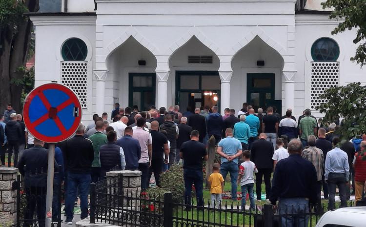 Vjernici u haremu Bijele džamije