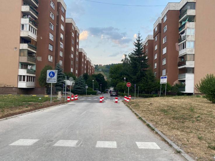 Postavljeni stubovi na ulici