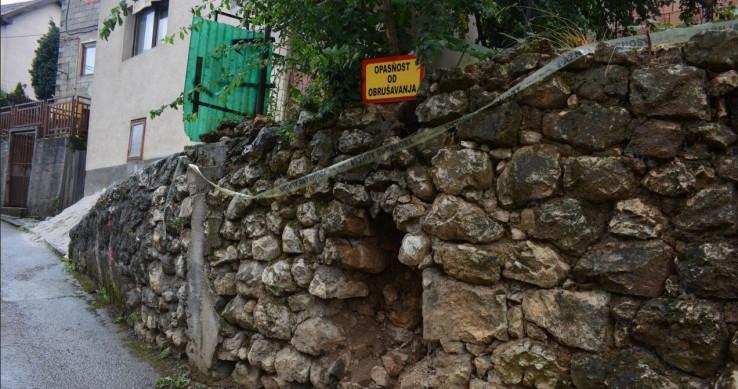 Potporni zid u ulici Iza bašče se obrušava