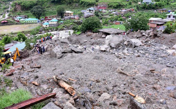 Oko 90.000 ljudi spašeno je iz poplavljenih područja