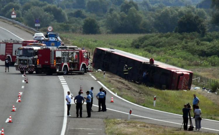 Poginulo deset osoba u slijetanju autobusa