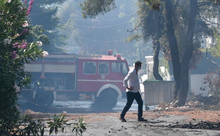 Grčka: U gašenju požara učestvuju 43 vatrogasna tima, 24 vatrogasnih vozila, dva aviona i dva helikoptera