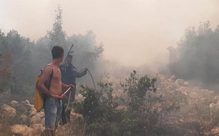 Vatrogascima pomagali i mještani