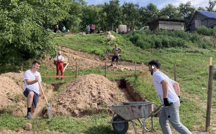 Učesnici šesnaestog Međunarodnog omladinskog radnog kampa EMMAUS započeli izgradnju kuće
