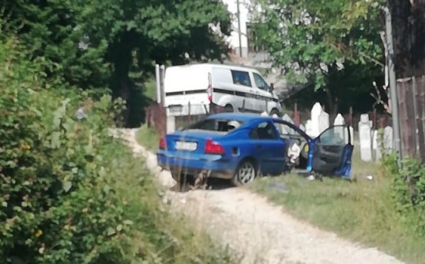 Filmska potjera: Kedin i Mustafa natočili goriva za 100 KM, pa bježeći autom, sletjeli u mezarje i udarili u nišan