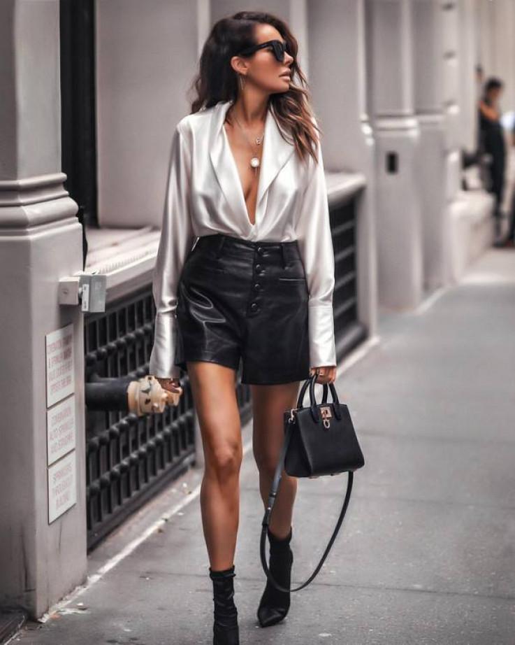 Duboki dekolte i kožna suknja su idealna kombinacija